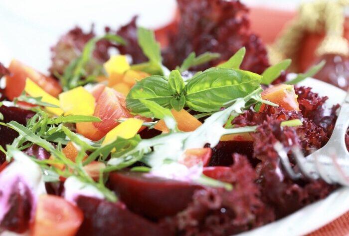 Салат свекольно-клюквенный Каждый обед нужно начинать с салата из свежих овощей, который обеспечит организм множеством необходимых витаминов. Салат РЕЦЕПТ «САЛАТ СВЕКОЛЬНО-КЛЮКВЕННЫЙ» Надо: 2 свеклы 2 ст. л. клюквы 1 ч. л. растительного масла 1 ч. л. меда 1 ст. л. лимонного сока 1 яйцо 1 пучок петрушки Лук Огурцы Укроп Сельдерей Соль Перец Кориандр Куркума Как готовить: Клюкву вымыть, положить в дуршлаг, дать стечь воде. Свеклу вымыть, отварить, остудить, натереть на терке. Добавить лимонный сок, растительное масло, перемешать и выложить в салатник. Сверху положить ягоды клюквы. По желанию – добавить мед. По желанию – салат можно украсить розочкой из свеклы. Для этого вареную свеклу нарезать тонкими кружочками, выложить на тарелку – сначала большие, затем поменьше и – самые маленькие. В середину розочки положить сметану. Петрушку вымыть, нарезать, положить в салат.