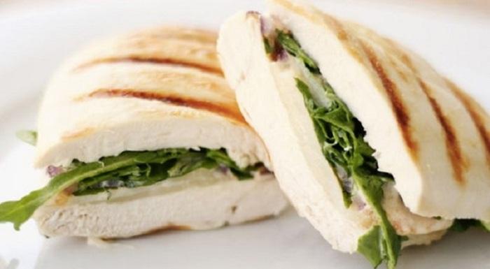 Аппетитный сендвич из куриного филе