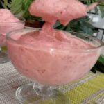 Вместо мороженого часто делаю этот вкусный, полезный, низкокалорийный десерт всего из трёх ингредиентов (за 5 минут)