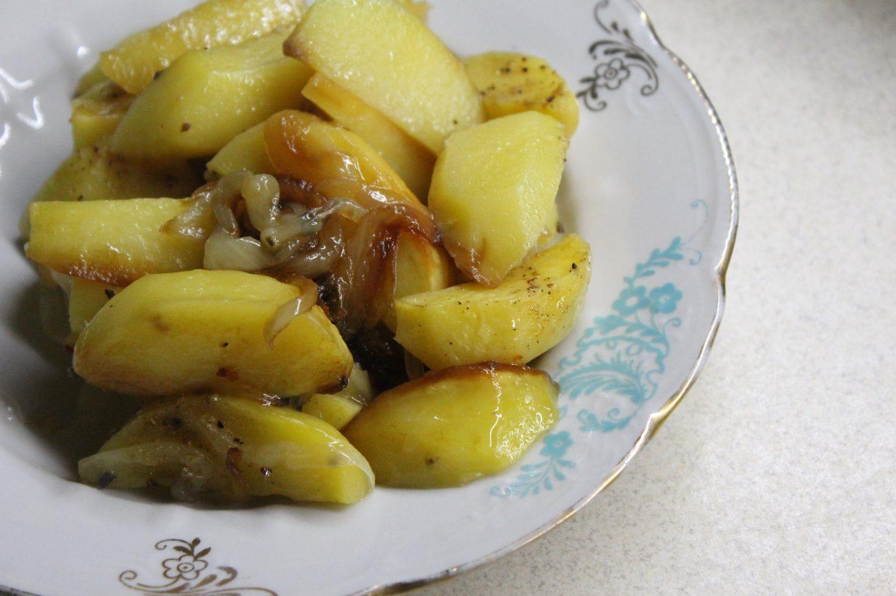 Печеный картофель со сладким карамелизированным луком