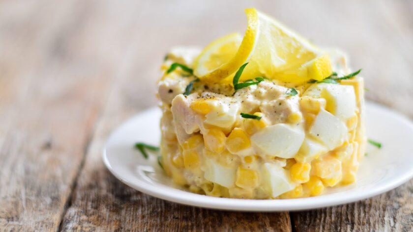 Салат с кукурузой, курицей и сыром