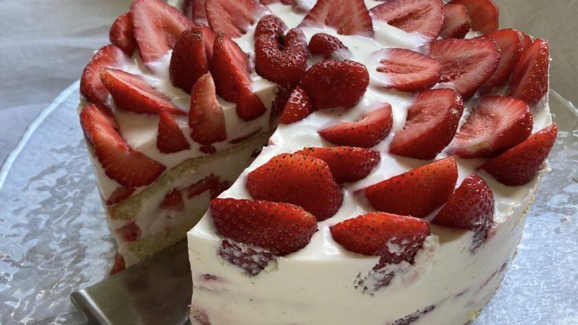 Очень легкий клубничный торт