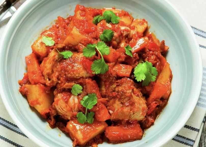 Индейка или курица тушеная с овощами.