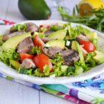 Салат с тунцом, яйцами и авокадо