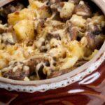 Грибы с говядиной под сыром в горшочках