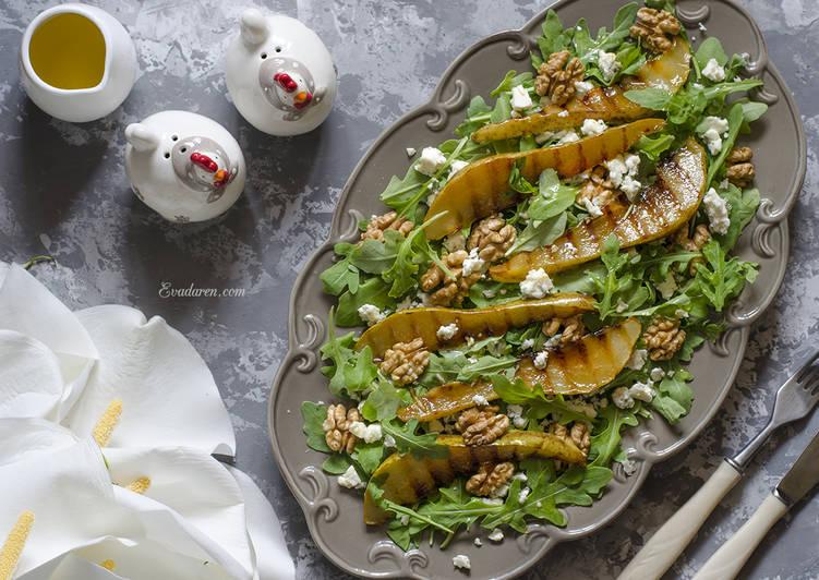 Салат с рукколой голубым сыром и гриль грушей