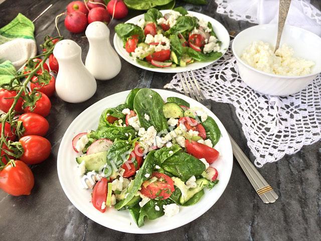 Овощной салат со шпинатом и творогом