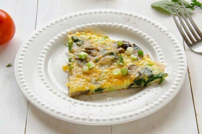 Омлет с шампиньонами и зеленью на завтрак