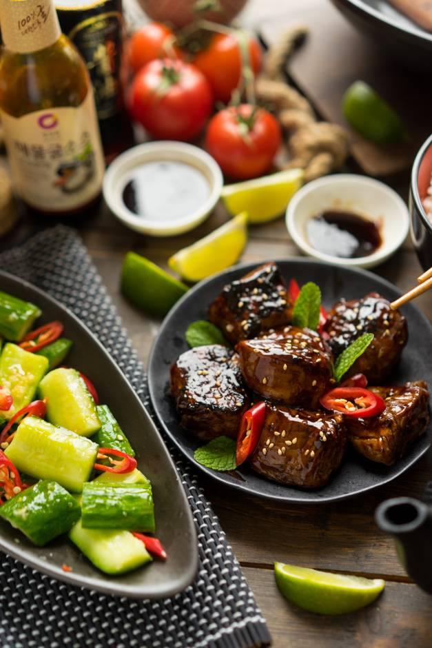 Блестящее мясо с малосольными огурчиками