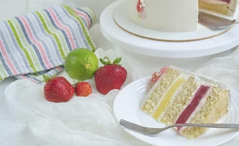 Белый торт «Клубника-лайм»