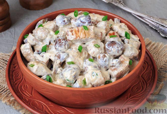 Свинина, тушенная с грибами, в сметанном соусе