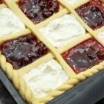 Домашний пирог сразу с двумя начинками: тесто мягкое и очень воздушное (а готовится просто-просто)