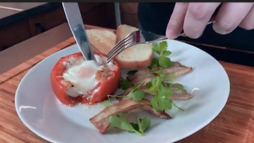 Идеально для завтрака - яичница запеченная в томате   Идея для завтрака
