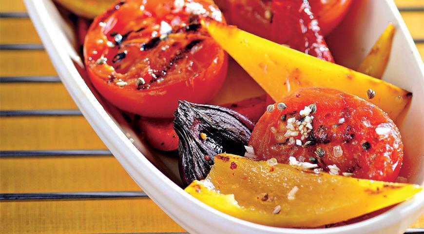 Салат из жареных перцев с помидорами и зирой