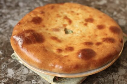 Кефир, мука и немного растительного масла, и любая начинка: готовлю такой пирог почти каждую неделю, выпекается всего 10 минут