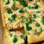 Сырный пирог с креветками и брокколи