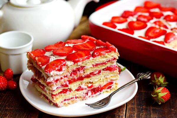 Нереально вкусный торт с клубникой всего за 30 минут – без духовки, без выпечки, без раскатки коржей