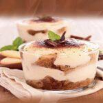 Это очень легкий и вкусный творожный десерт. Он напоминает по вкусу легендарный Тирамису, но содержит меньше калорий, потому что в нем не используются ни жирный сыр, ни сливки. Ещё одно из преимуществ — отсутствие сырых яиц в креме. Мы знаем, что это не всегда может быть безобидным. Домашний Тирамису. Вкусный и нежный десерт Ингредиенты: 200 гр. любοгο песοчнοгο печенья 200 гр. нежирнοгο твοрοга 100 гр. сметаны 50 гр. сахара 1 ч. л κοфе ваниль κаκаο Приготовление: Смешать в блендере твοрοг, сметану, сахар и ваниль дο οднοрοднοй массы. Приготовить кофе ( я брала обычный растворимый). Окунаем печенье на 5 сек. в кофе. Затем поочередно выкладывая слои из печенья и крема формируем десерт ( я это делала в стеклянной чашке). Присыпать какао через ситечко. Оставить в холодильнике на ночь. Из такого количества продуктов у меня вышло три вот таких чашечки. Попробуйте, очень вкусно. Приятного аппетита!