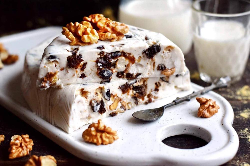 Десерт из чернослива, орехов и сметаны