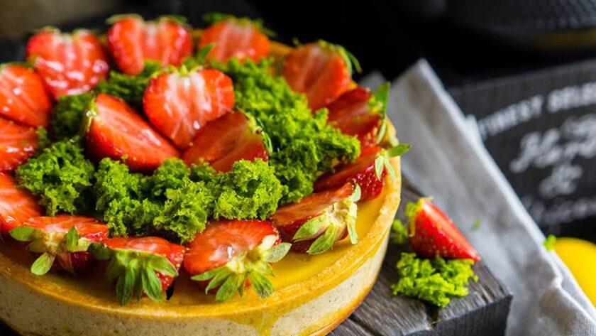 Лимонный тарт с клубникой и фисташками — новое летнее открытие