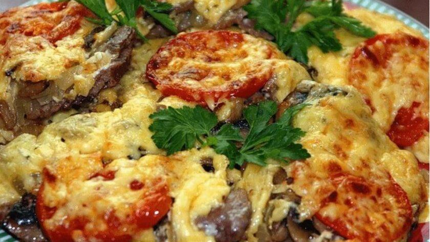Мясо с картофелем и помидорами