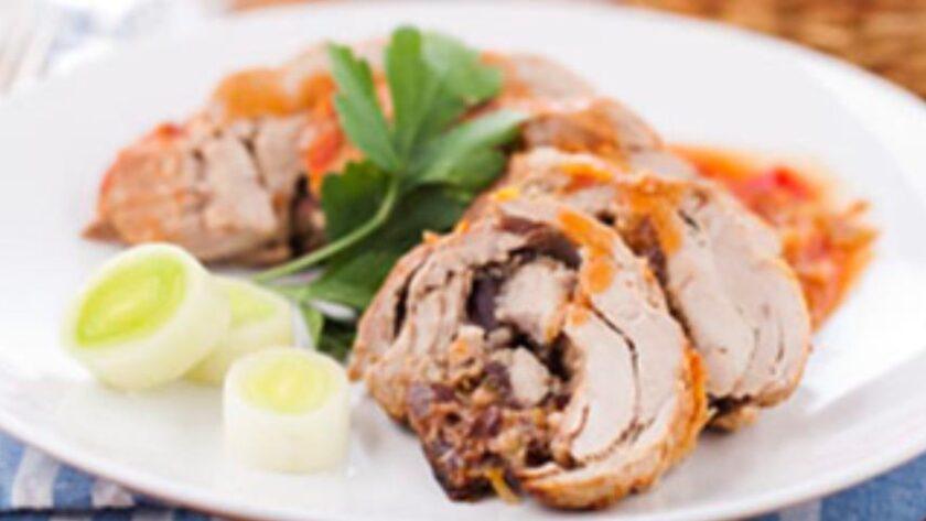 Рулет из свинины со сливами и сладким перцем
