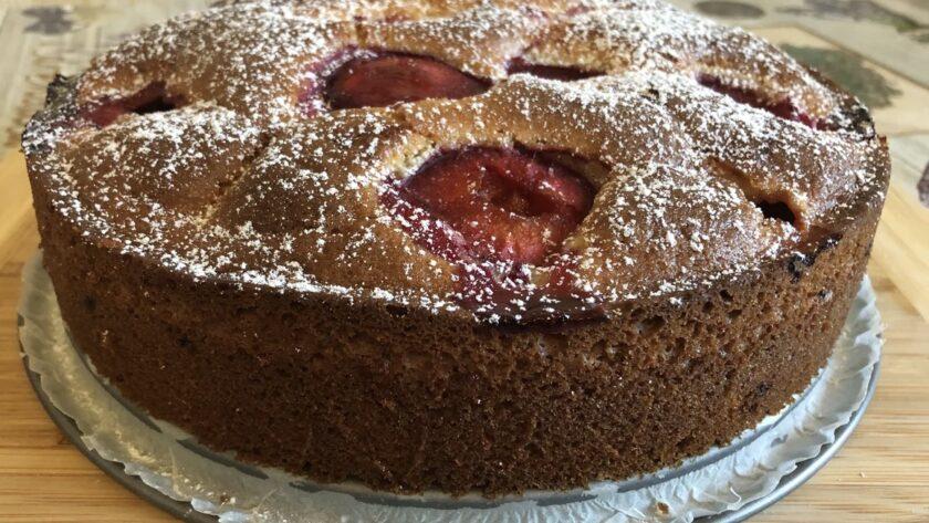 Бюджетный пирог на кефире со сливами. Рецепт – находка!