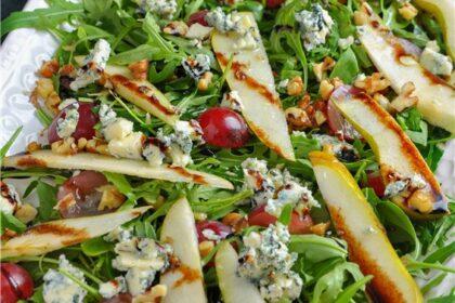 Салат с рукколой, голубым сыром, виноградом и грушами.