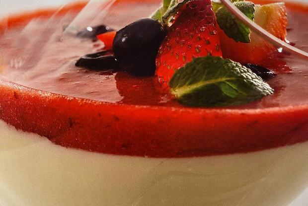 Мусс из йогурта с оливковым маслом и ягодным компотом