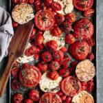 Запечённые помидоры с сыром фета и чесноком
