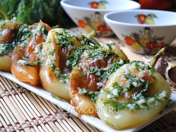 Пошаговый рецепт с фото Болгарский перец - это замечательный овощ, с которым готовят огромное количество разнообразных блюд. Одним из них я хочу сегодня поделиться с Вами. Жареный перец с чесноком - это вкуснейшая закуска, готовится которая очень просто. Перец получается пикантным, в меру острым и ароматным. Такой перчик отлично подходит к мясу, птице, рыбе и различным гарнирам. Также он хорош и сам по себе. Среди моих друзей и знакомых такой рецепт пользуется популярностью, попробуйте и Вы. Для приготовления жареного перца с чесноком подготовить продукты по списку к рецепту. Ингредиенты для жареного перца с чесноком Болгарский перец хорошо помыть под холодной проточной водой и обсушить. Помыть перец Сковороду разогреть с растительным маслом и выложить перцы. Положить перец на сковороду Жарить на среднем огне, под крышкой, по 2-3 минуты с каждой стороны. Перец должен быть зажаренным со всех боков. Переворачивать его следует очень аккуратно, так как процесс приготовления сопровождается огромным количеством брызг масла. Пожарить перцы Обжаренный перец переложить на блюдо и дать немного остыть. Остудить перцы Тем временем подготовить соус. Чеснок очистить и пропустить через пресс. Укроп помыть и мелко порезать. В небольшой миске соединить чеснок, укроп, соль, уксус и воду. Хорошо перемешать, чтобы кристаллы соли растворились, и только потом добавить растительное масло. Ещё раз перемешать. Приготовить соус С остывших перцев аккуратно снять кожуру. Снять с перцем кожицу Залить перцы чесночным соусом, накрыть крышкой и отправить в холодильник на 30-60 минут. Рецепт жареного перца с чесноком Вкуснейший жареный перец с чесноком готов, можно подавать на стол.
